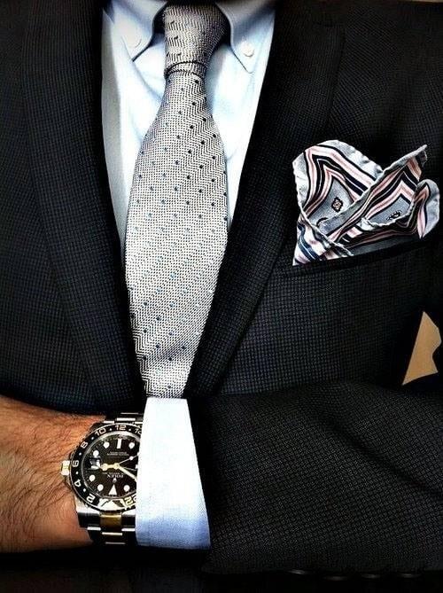 Este look pode ficar bom para a maioria dos homens, mas se você for loiro, prefira um blazer mais claro.