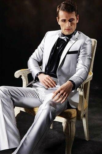 Camisa preta fica muito bom. E a gravata borboleta prateada deu um toque de muito estilo.