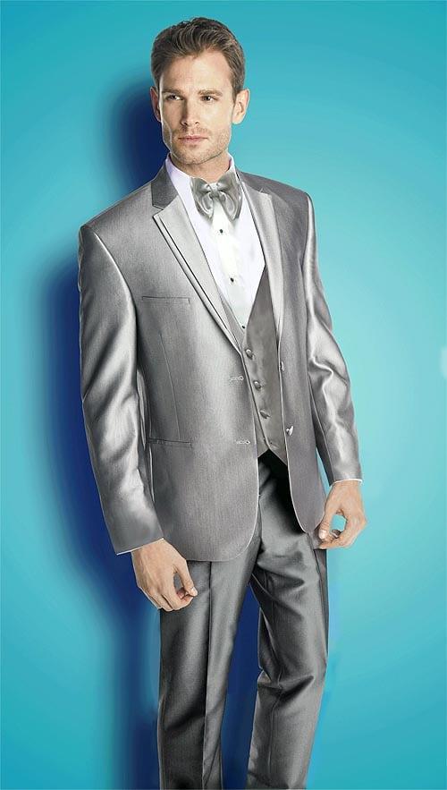 Camisa branca, paletó prata, colete prata e gravata prata! Esse está na estica! Nota 10.
