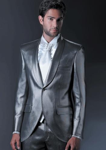 Estilão do latino com gravata branca.