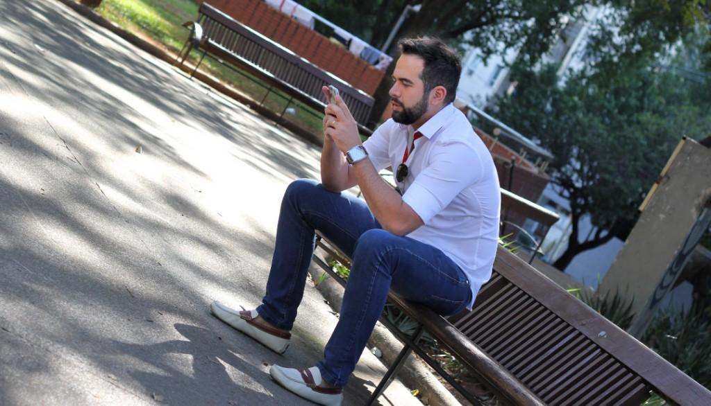 Camisa Branca com Detalhe Vermelho, Calça Jeans e Sapato Driver Branco