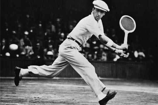 Olha nosso René Lacoste batendo uma bola com uma camisa polo.