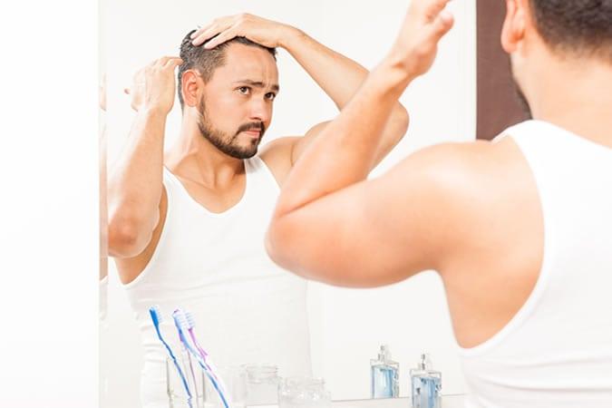 Passando produto para cabelo masculino