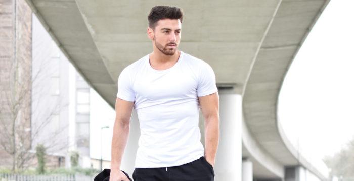 Homem musculoso com camisa branca