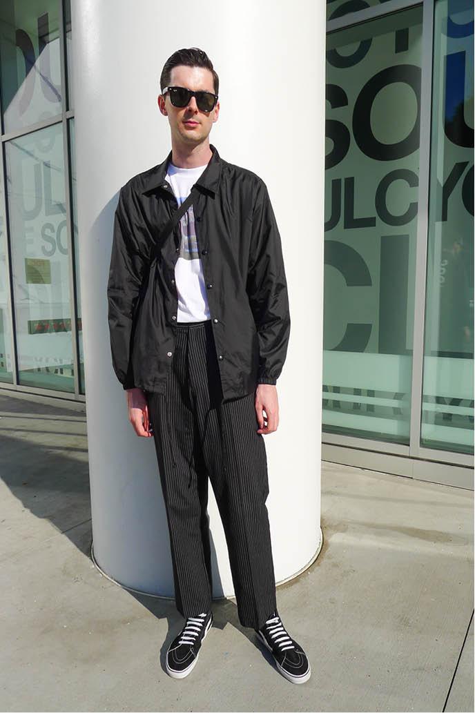 Calça social preta com camisa de frio