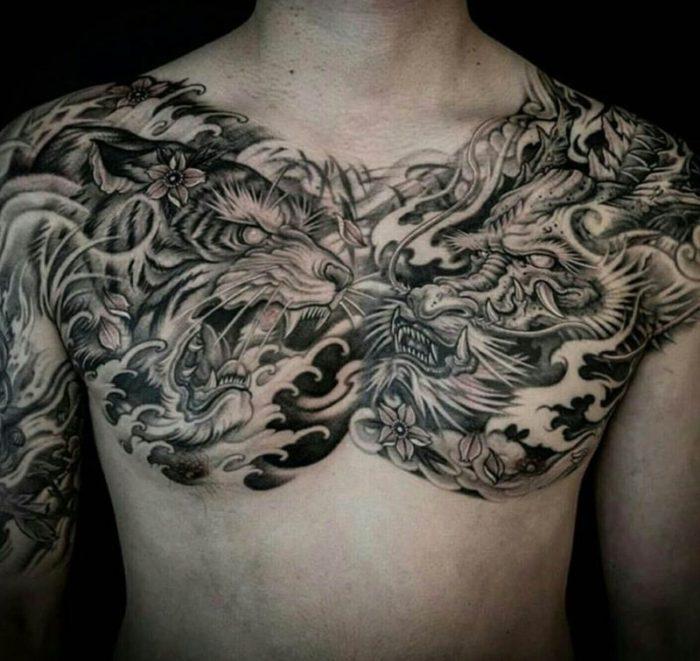 Tatuagem masculina no peito complexa