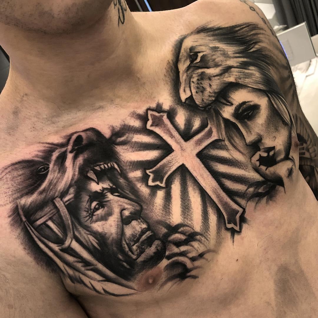 Tatuagem masculina no peito expansão