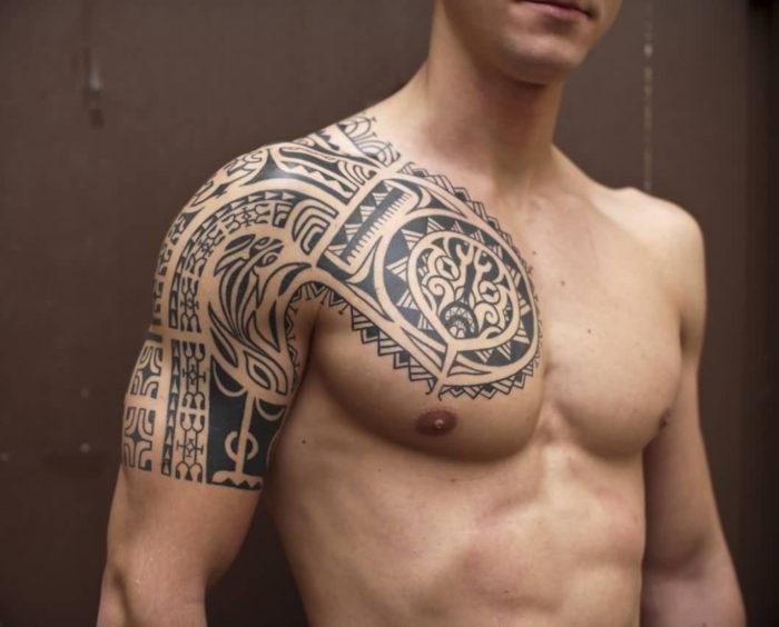 Tatuagem masculina no peito maori