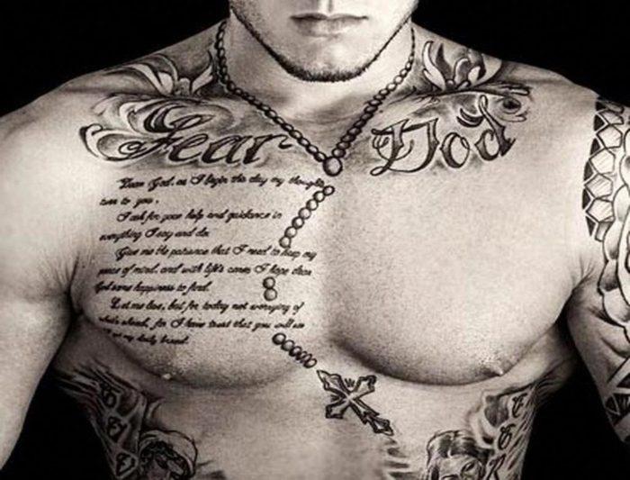 Tatuagem masculina no peito frases